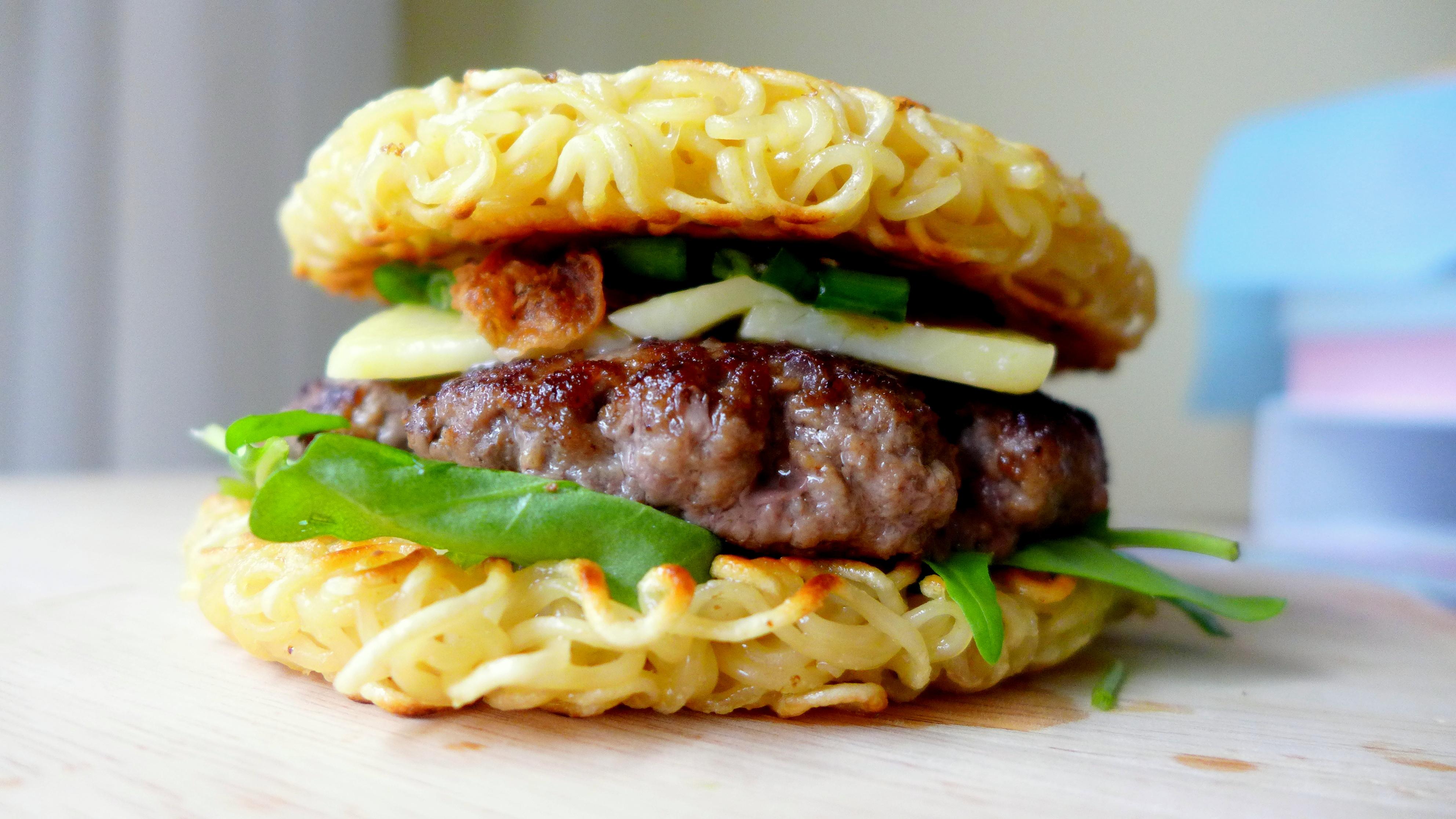 How to Make a Ramen Burger foto