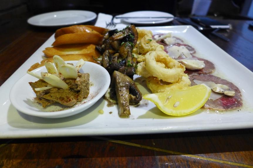 carppaccio di manzo, frittura di calamari, funghi alla  griglia & pate di fegatini con crostini
