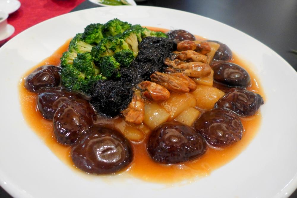 Braised Sea Cucumber, Mushroom, Dry Oyster and Black Moss with Greens (海参发菜冬菇时蔬)
