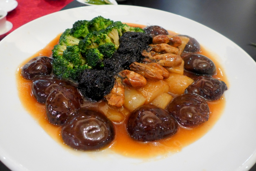 Braised Sea Cucumber, Mushroom, Dry Oyster and Black Moss with Greens (海参发菜冬菇时蔬)