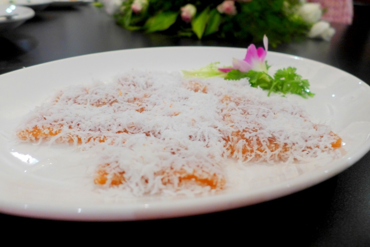 Steamed Nian Gao with Coconut Flakes (椰丝蒸年糕)